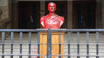 Vörös festékkel öntötték le Horthy szobrát