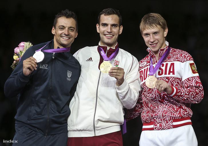 Az aranyérmes Szilágyi Áron (középen), valamint a második helyezett olasz Diego Occhiuzzi (balra) és a harmadik helyezett orosz Nyikolaj Kovaljov (jobbra)