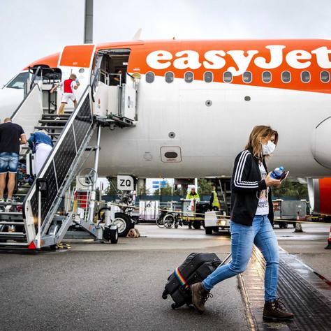 Felszállnak az utasok az easyJet brit légitársaság repülőgépére az amszterdami Schipol repülőtéren 2020. július 1-jén. A koronavírus-járvány miatt bevezetett korlátozások feloldását követően ezen a napon újraindulnak az easyJet járatai a Schipol repülőtérről.
