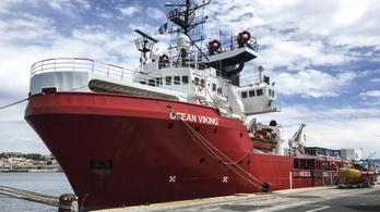 Öngyilkosságot kíséreltek meg többen egy bevándorlókat mentő hajón