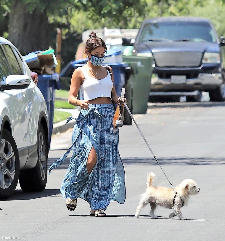 Vanessa Hudgens éppen a barátnője háza felé tart.