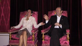 Együtt trónolt a Buckingham-palotában Epstein exe és Kevin Spacey