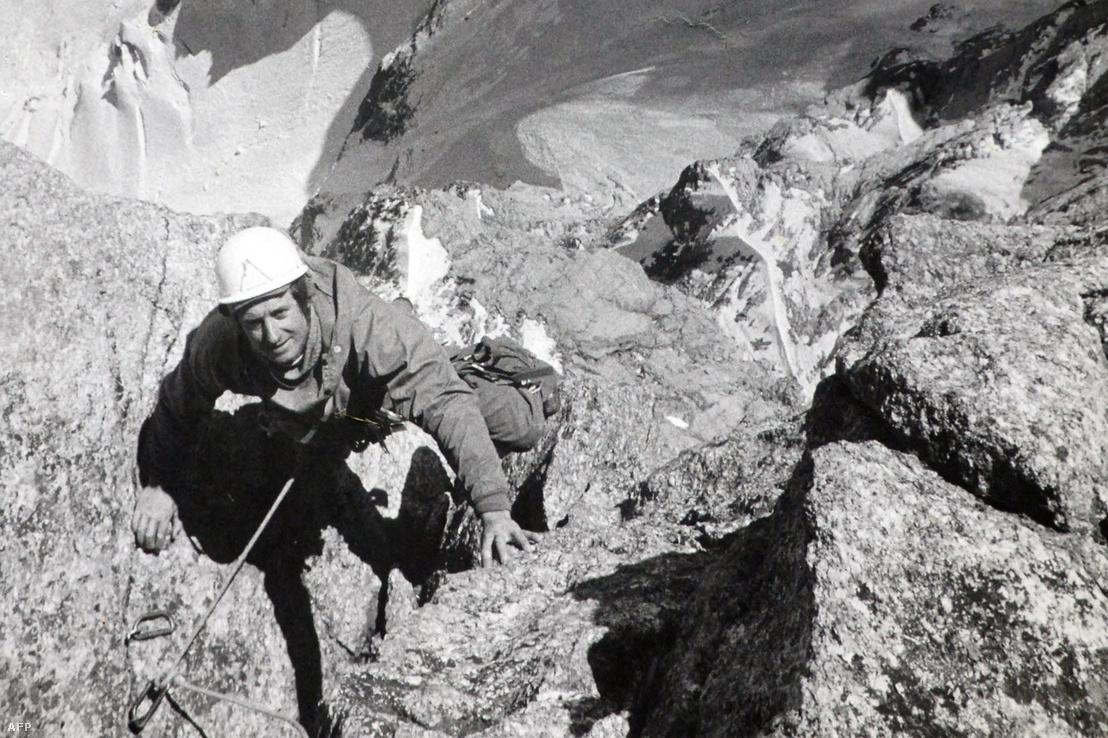 René Desmaison mássza meg ezen az ismeretlen készítési dátumú képen a Grandes Jorasses hegyet