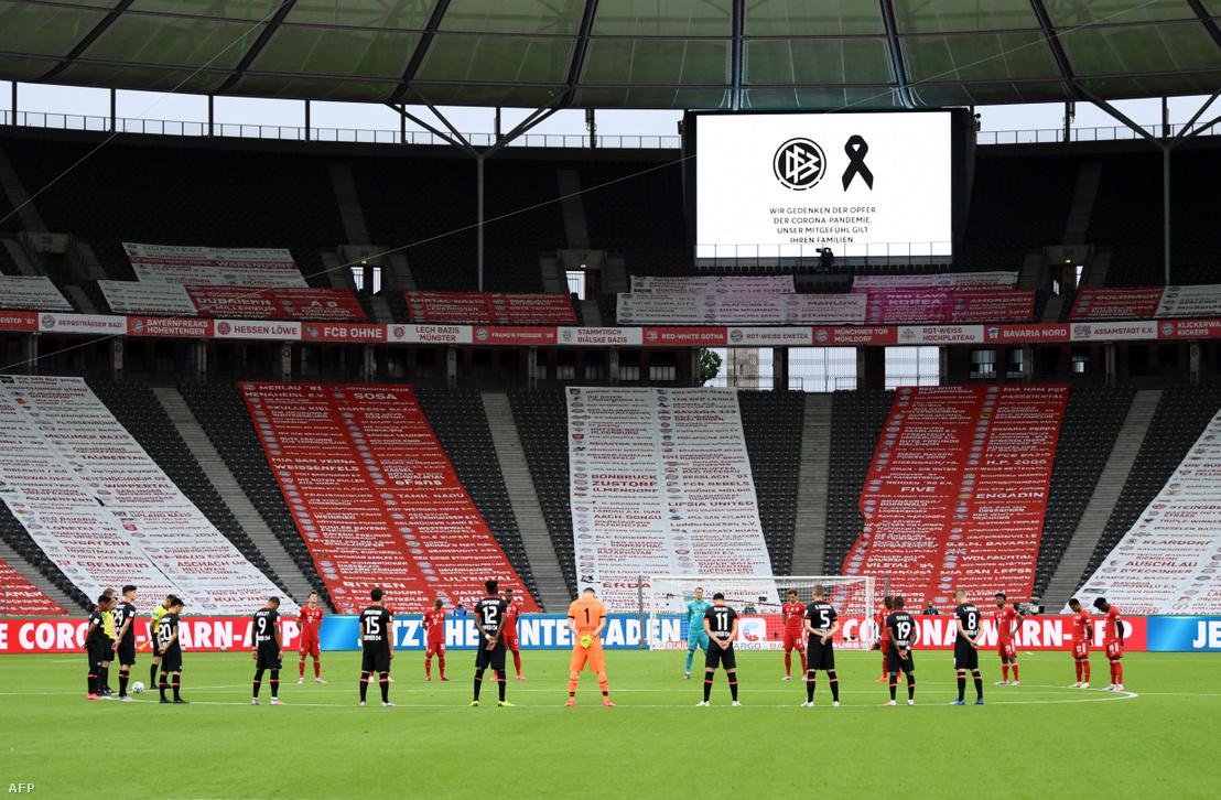 1 perces néma megemlékezést tartottak a koronavírus áldozatainak a Leverkusen - Bayern München mérkőzés előtt 2020. július 4-én Berlinben