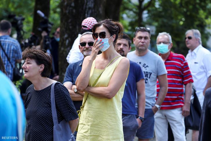 Parlamenti választásra maszkban, és anélkül sorbanállók Zágrábban 2020. július 5-én