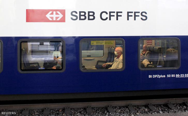 Maszkot viselő utas a zürichi vonaton 2020. július 3-án