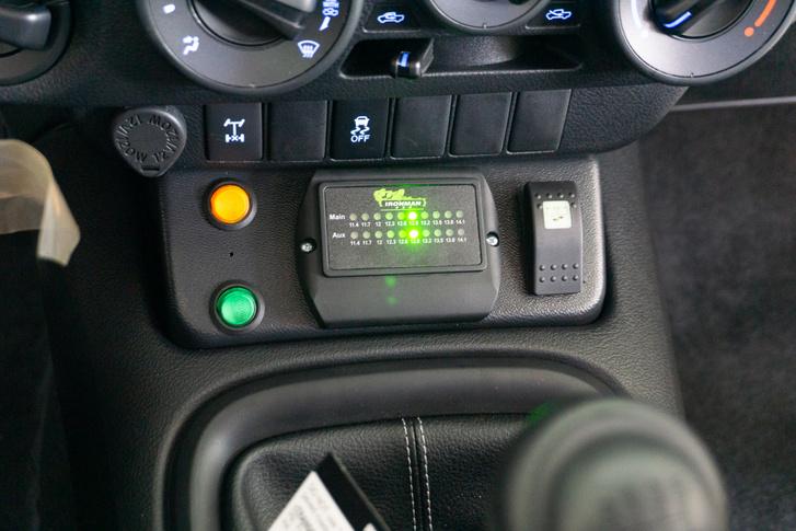 A töltésjelző, elsőnek az autó saját aksija töltődik. Alapból a tartalék akku csak az extra fogyasztókat látja el, de egy külön kapcsolóval össze is lehet kötni, ha hirtelen kell az energia mondjuk az indításhoz.