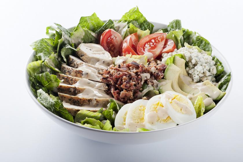 Ropogós, csirkés cobb saláta gazdagon: ez Hollywood nagy kedvence