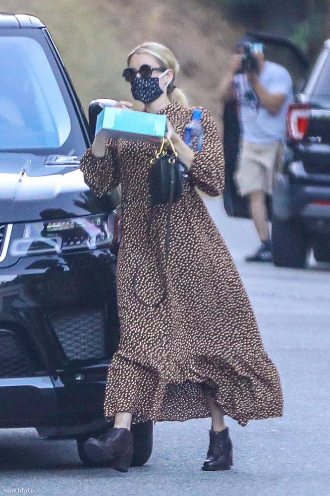 A színésznő egyébként épp egy frissen sült pitét tart a kezében, amivel otthona felé igyekszik,...