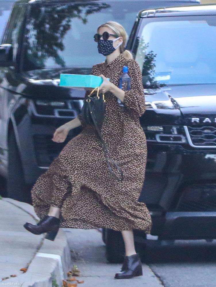 Közben nézze csak, hogy belekapott a szél a bő ruhájába