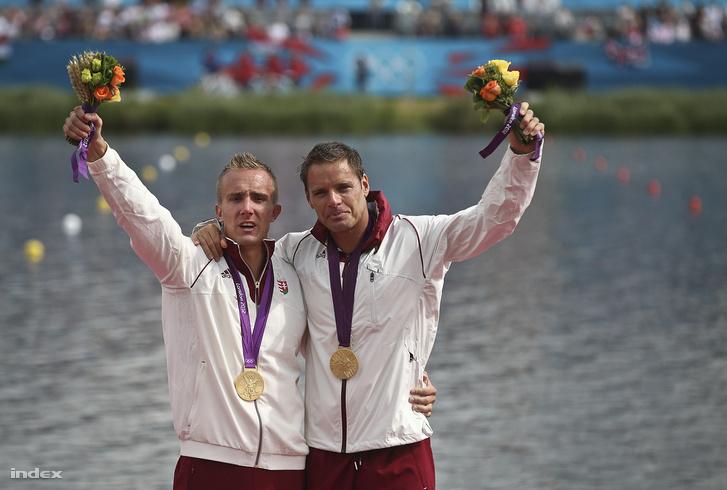 Az aranyérmes Dombi Rudolf és Kökény Roland a 2012-es londoni nyári olimpia férfi kajakpáros 1000 méteres számának eredményhirdetésén 2012. augusztus 8-án.