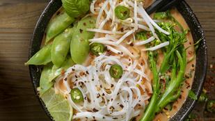 Mogyoróvajas kókusztejleves friss zöldségekkel és csírákkal