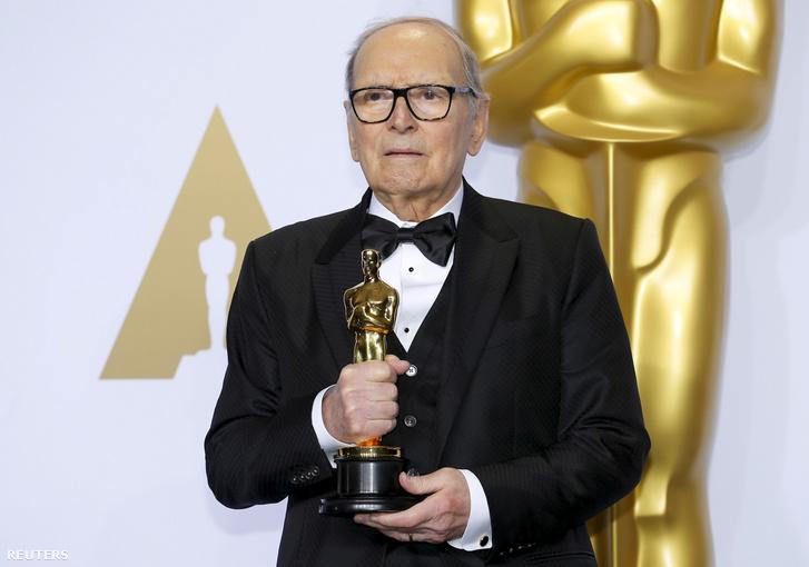 Ennio Morricone az Oscar-díjjal a 88. díjátadón Hollywoodban 2016. február 28-án
