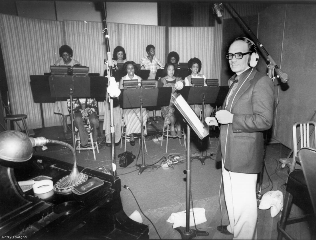 Ennio Morricone Az ördögűző 2. - Az eretnek című film kórusfelvételén 1977-ben Los Angelesben