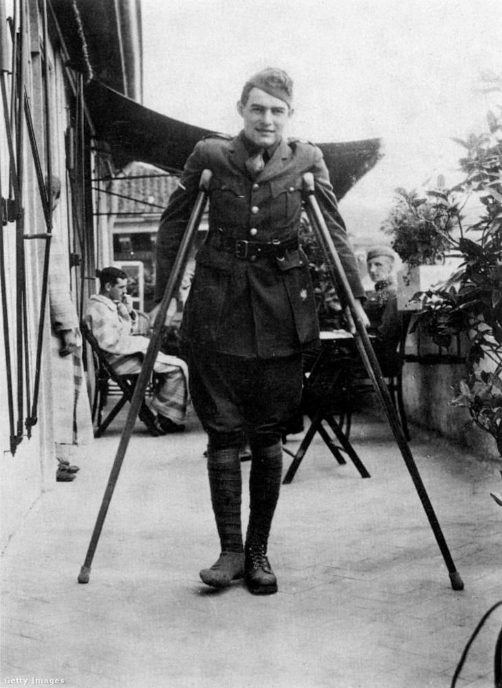 """Hemingway elemében érezte magát az események középpontjában.""""Remekül érzem magam! Az első nap átestem a tűzkeresztségen, amikor felrobbant egy egész lőszergyár"""