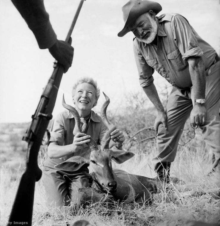 1953-ban a már Pulitzer-díjas Hemingway és Martha Afrikába utaztak, ahol kis híján kétszer is életüket vesztették