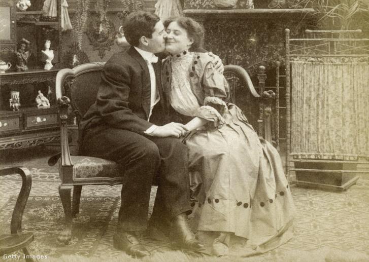 Régi fotó egy csókról, sajnos az elkészítés dátuma ismeretlen