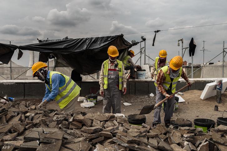 Dolgozók egy bukaresti építkezésen 2019. szeptember 26-án