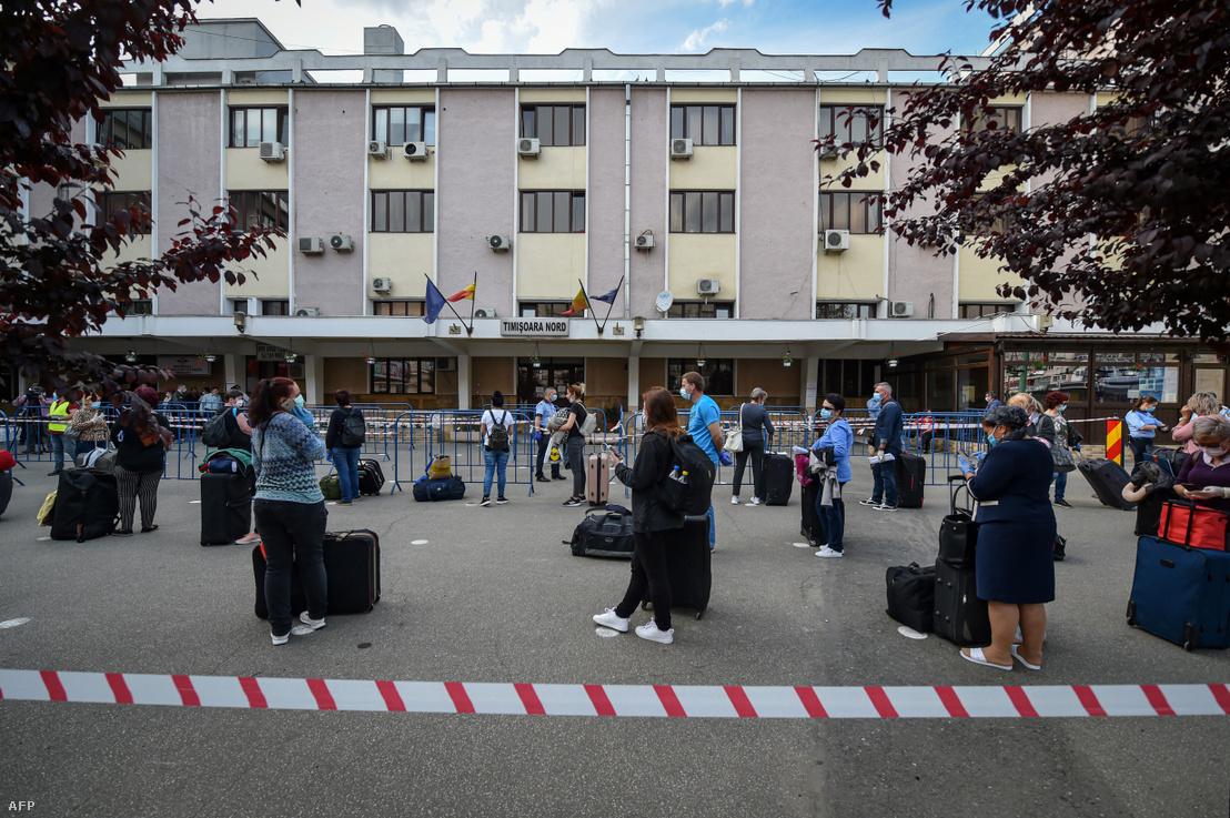 Román ápolók állnak sorban a temesvári vasútállomáson, hogy visszautazzanak Bécsbe dolgozni 2020. május 10-én. Általában 65000 ápolóra van szükség Ausztriában, akik 80%-a nő és Romániából, illetve Szlovákiából érkeznek segíteni a rászorulóknak.