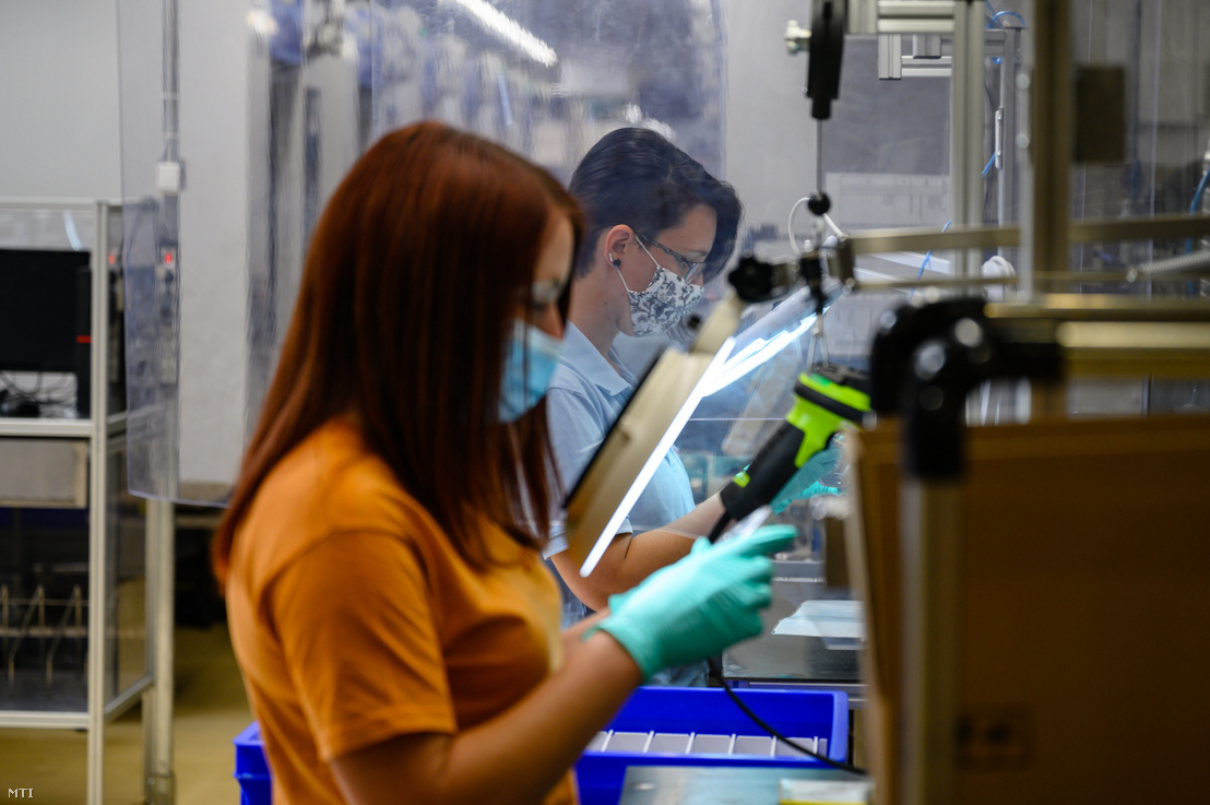 Dolgozók az autóipari beszállító DENSO Gyártó Magyarország Kft. székesfehérvári üzemében 2020. május 22-én
