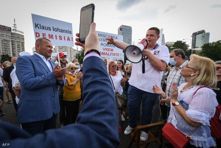 Tüntetők vesznek részt Bukarestben, ahol a kormány általi koronavírus intézkedések feloldását, könnyítését követelték 2020. június 13-án