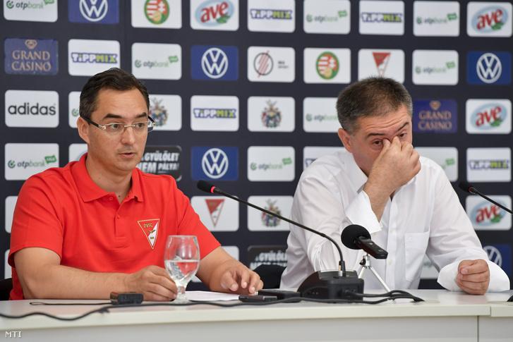 Papp László (Fidesz-KDNP) polgármester (b) és Szima Gábor a DVSC Futballszervező Zrt. leköszönő elnöke a DVSC labdarúgócsapatával kapcsolatban tartott sajtótájékoztatón a debreceni Nagyerdei Stadionban 2020. július 1-jén