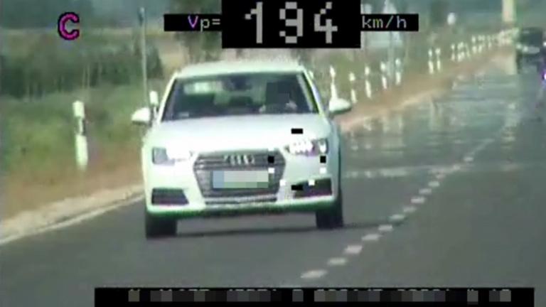 90 km/h helyett 194 km/h-val mértek be egy autóst