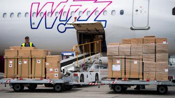 Külügy: Túl kicsik a Honvédség gépei, ezért hozatták a Wizz Airrel a kínai védőeszközöket