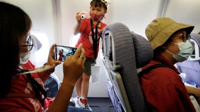 Ücsörgős repülőjáratok boldog utasokkal