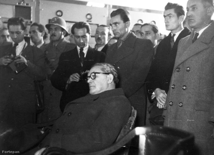 1948, Magyarország, Szigetszentmiklós, a felvétel a lakihegyi adó rekonstrukció utáni üzembe helyezésekor készült. Az adóállomás vezérlőterme, középen Szakasits Árpád ül.