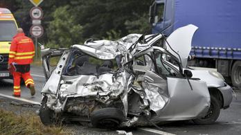 Autó, kistehergépkocsi és kamion ütközött össze Berettyóújfalunál