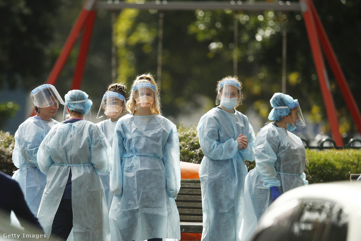 Védőfelszerelést viselő egészségügyi dolgozók Melbourne-ben 2020. július 7-én.