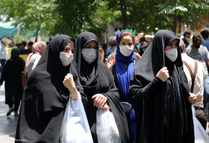 Maszkot viselő emberek az utcán Teheránban 2020. július 5-én.