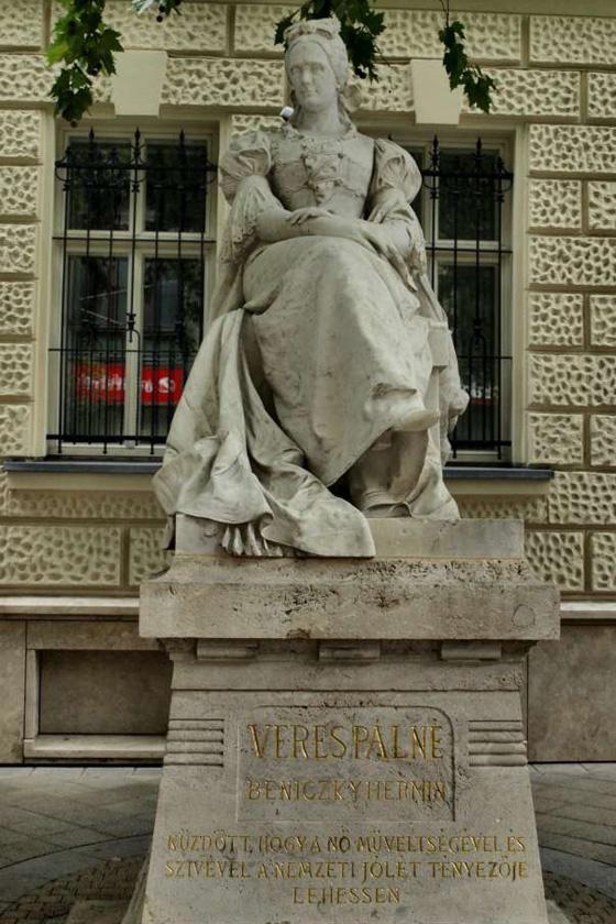 Veres Pálné szobra a Veres Pálné utca sarkán