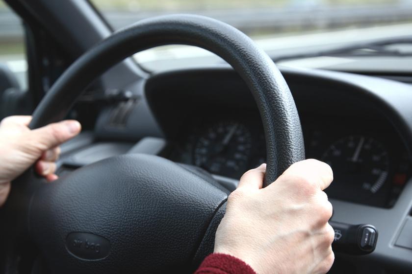 Miért remeg a kormánykerék vezetés közben? 5 ok, ami az ijesztő jelenség mögött állhat