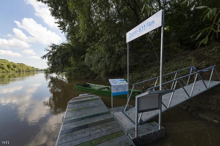 Az első folyami hulladék felhasználásával készült Palackorrú Lebegő Kikötő Zsurkon a Tisza-parton az avatóünnepség napján 2020. július 6-án.