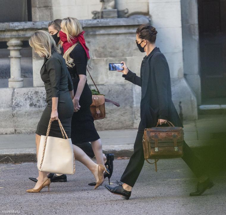 Hármukat követve Bianca Butti, Heard barátnője látható, ami valamiért lefotózta, ahogy a többiek sietnek előtte.