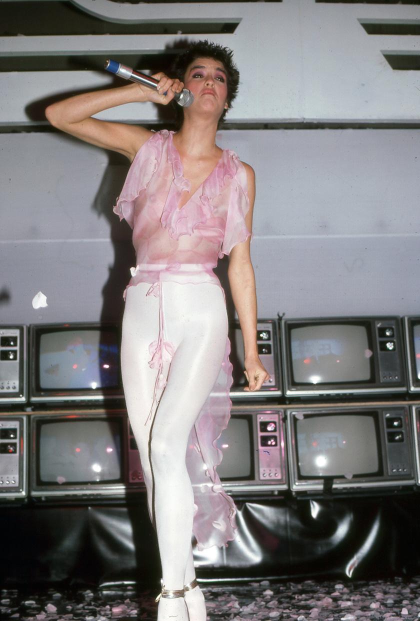 A fényes, feszülős cicanadrágok már a '70-es években is nagy kedvencek voltak. Janice Dickinson modell a testhezálló darabot egy áttetsző, lenge felsővel egészítette ki.