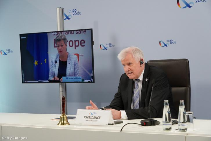 Horst Seehofer, az Európai Unió soros elnökségét betöltő Németország belügyminisztere videokapcsolaton keresztül tárgyal Ylva Johanssonnal, az Európai Bizottság belügyekért felelős tagjával az EU-tagországok belügyminisztereinek értekezletén Berlinben 2020. július 7-én