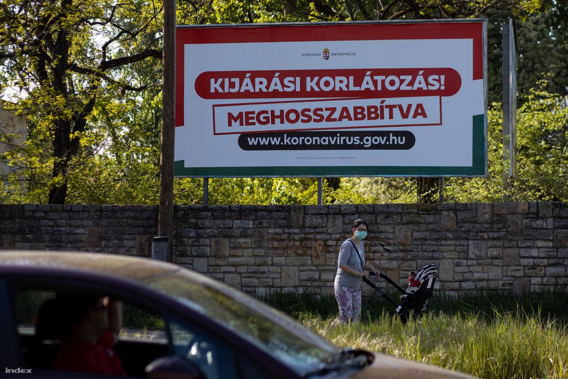 Kijárási korlátozásról tájékoztató tábla Budapesten 2020. április 22-én