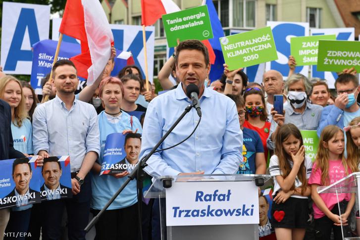 Rafal Trzaskowski varsói főpolgármester, a fő ellenzéki erő, a Polgári Platform (PO) által vezetett koalíció elnökjelöltje támogatóihoz beszél a lengyelországi Walczban 2020. július 3-án
