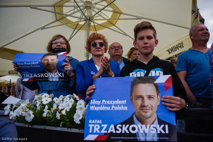 Trzaskowski szimpatizánsok varsói kampányrendezvényen 2020. július 7-én