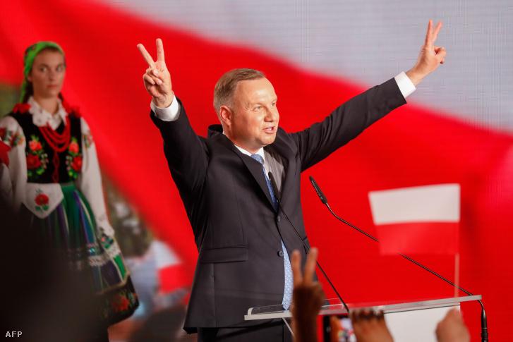 Andrzej Duda mutatja a győzelem jelét az elnökválasztás első fordulója után Lowiczban 2020. június 28-án