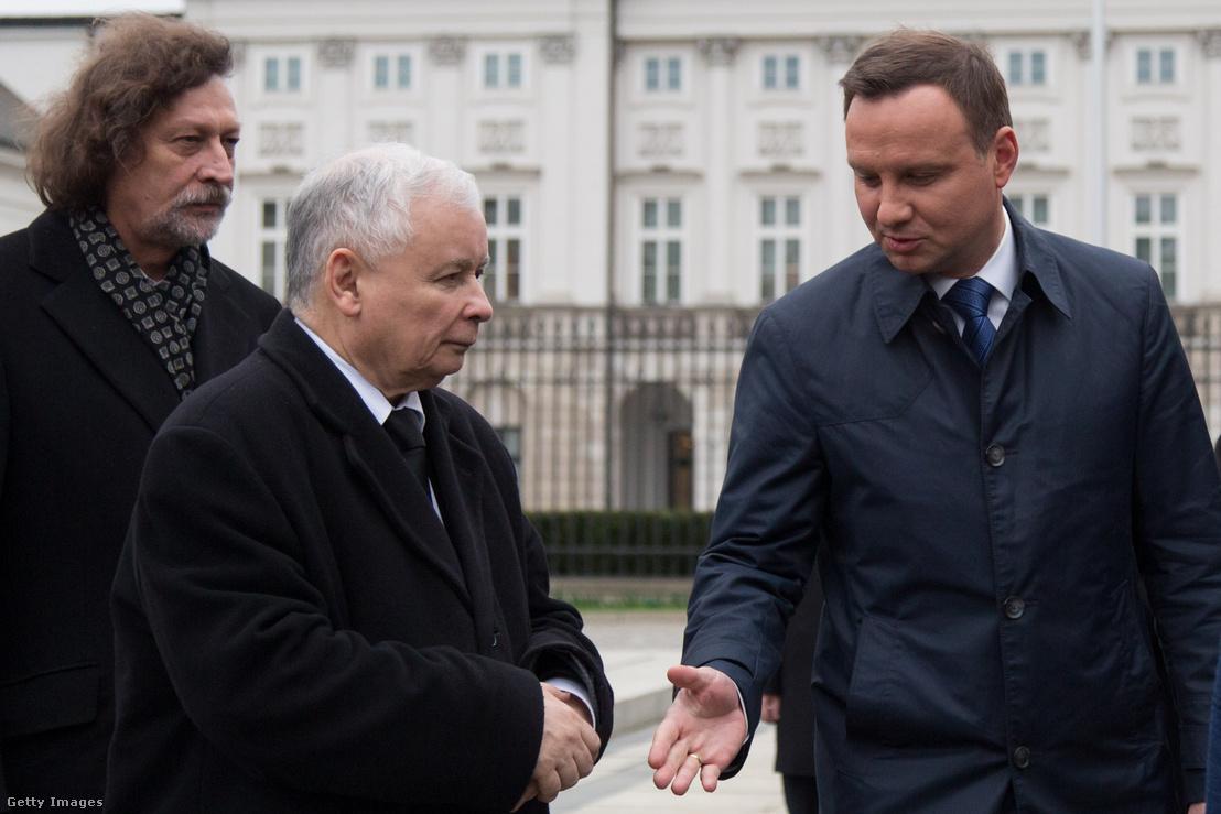Jarosław Kaczyński (középen) és Andrzej Duda (jobbra) találkozása egy 2016-os eseményen Varsóban