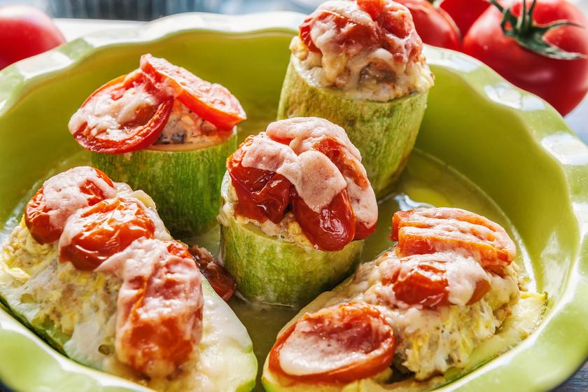 A cukkinit számtalan variációban elkészítheted, hisz semleges íze miatt könnyű ízesíteni. Töltve remek ebéd lehet. Kettévághatod hosszában, keresztben, kerülhet bele zöldség vagy akár darált hús. A sajtot semmiképp ne hagyd le róla!