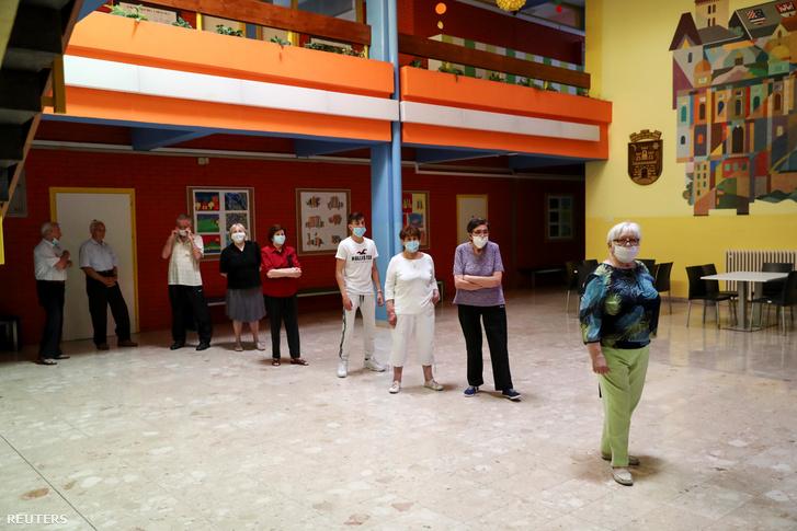 Vasárnap parlamenti választásokat tartottak Horvátországban, a koronavírus-járvány miatt maszkban várakoztak a szavazásra készülő választópolgárok