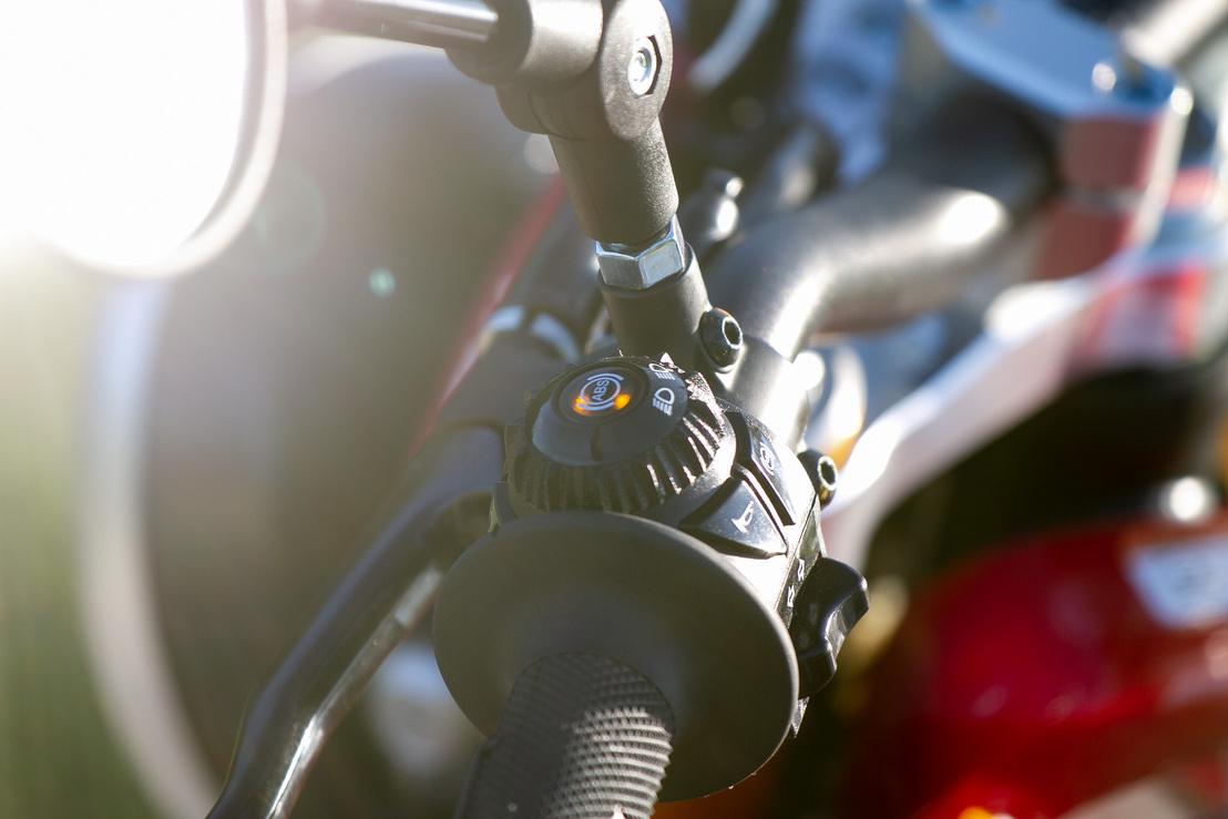 Kikapcsolt ABS esetén sárgán világít. A távolsági fényt a kúp körüli recés tárcsával lehet kapcsolni, közepesen praktikus, de végre valami érdekes és egyedi kapcsoló