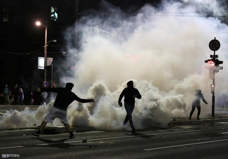 A tüntetőket végül könnygázzal oszlatták fel 2020. július 8-án