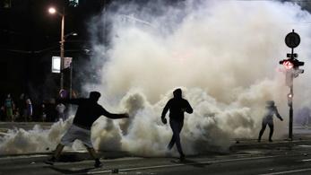Rendőrök is megsérültek Belgrádban a kijárási korlátozások elleni tüntetésen