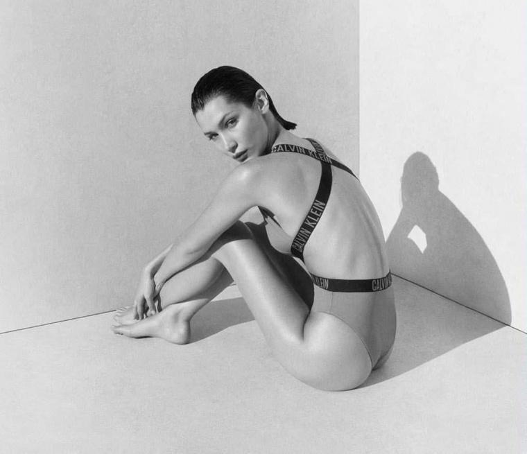Ezen a fotón elveszhetnének a 23 éves modell tekintetében, de ha megengedik, kissé belerondítanánk a pillanatba, és felhívnánk a figyelmüket Hadid mókás árnyékára a háttérben.